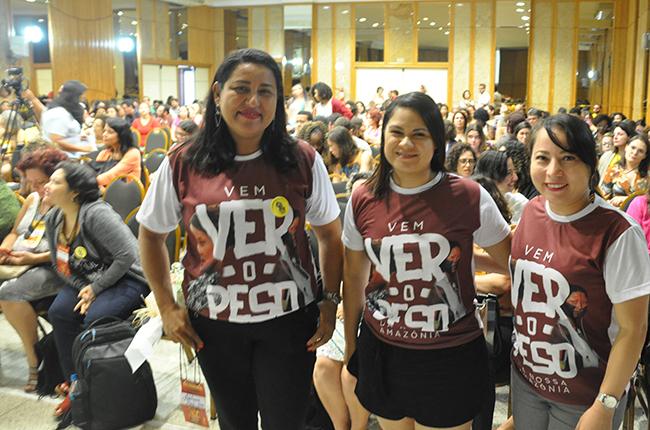 Imagem mostra três representantes do CRESS-PA vestindo a camisa com os dizeres Vem Ver o Peso da Nossa Amazônia
