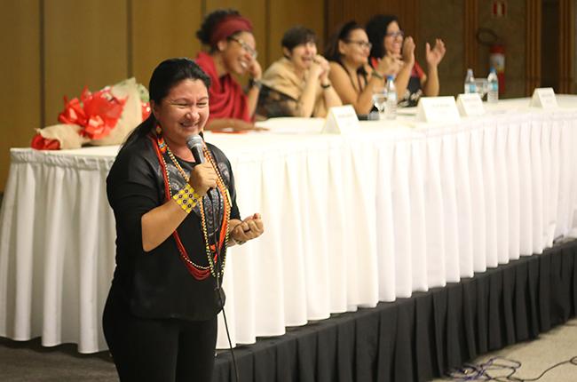 Imagem mostra a indígena Putira Sucuena, da etnia Baré - Médio Rio Negro, durante a fala final do evento que emocionou a Plenária Final