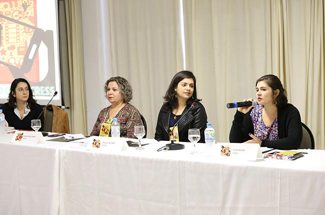 Coordenadora da Comissão de Comunicação do CFESS, Lylia Rojas, fala durante a primeira mesa do evento.