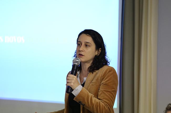 Imagem da jornalista Marina Pita, durante exposição no evento.