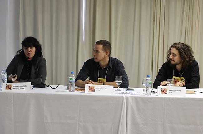 Imagem da mesa com a jornalista Renata Assumpção durante o Seminário de Comunicação.