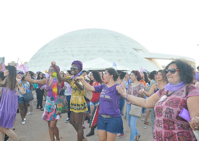 Foto mostra mulheres fazendo uma ciranda enquanto gritavam fora Temer