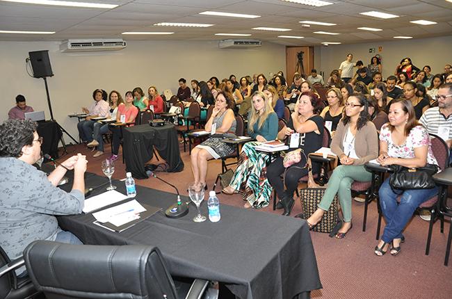 Imagem mostra auditório cheio durante seminário