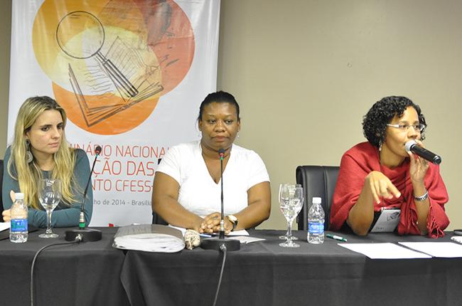 Imagem das palestrantes Alessandra Ribeiro (à esquerda) e Josiane Santos (à direita), que debateram os impactos do desmonte das políticas sociais brasileiras no exercício profissional de assistentes sociais