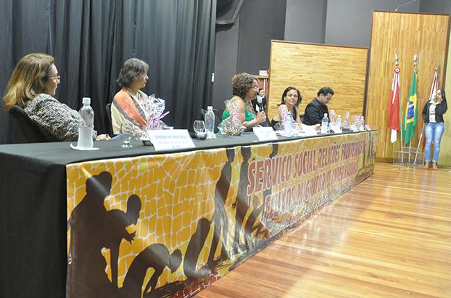 Imagem mostra representantes das entidades na mesa de abertura