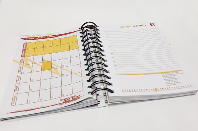 Imagem do miolo da agenda mostra calendário mensal e calendário diário
