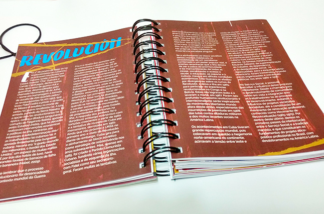 Imagem mostra conteúdo da divisória, com texto sobre a Revolução Cubana em uma página colorida de vermelho