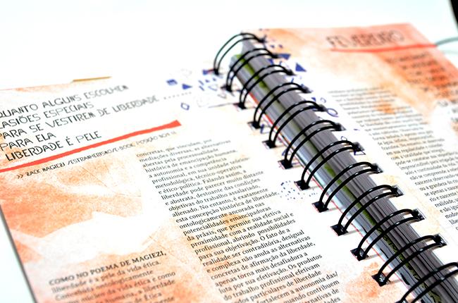 Imagem mostra reprodução de divisória da agenda com extratos de poesias, que perpassam toda a publicação