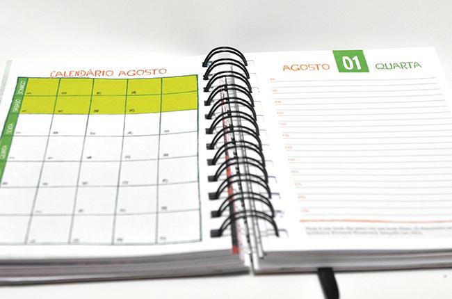 Imagem mostra mais páginas internas da agenda, com calendários mensais, espaço para anotações e textos de temas ligados à profissão