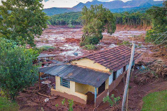 Imagem de uma casa destruída após o rompimento da barragem de Brumadinho.