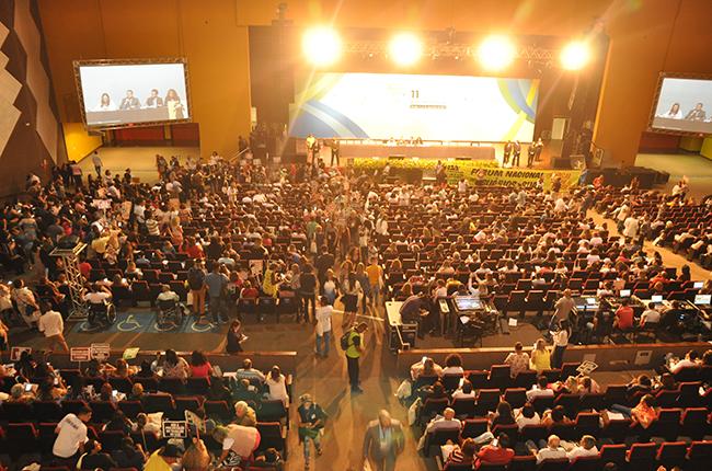 Imagem mostra centro de convenções sendo ocupado por manifestantes em defesa do Suas e dos/as trabalhadores/as e usuários/as da Política de Assistência Social