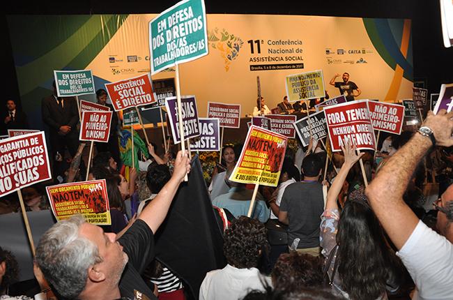 Foto mostra auditório tomado por participantes gritando