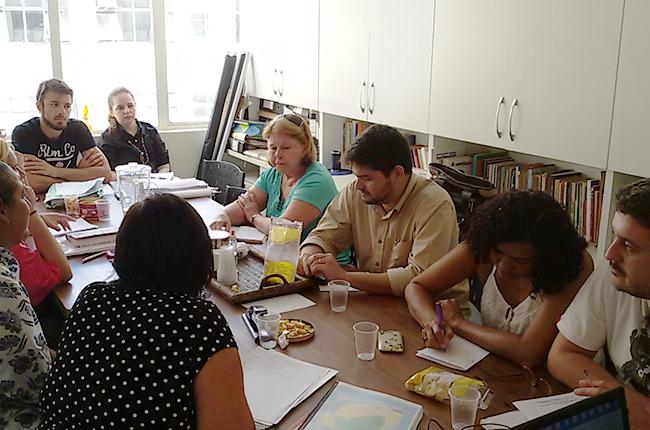 Imagem mostra conselheiros e conselheiras do CRESS e do CFESS reunidos na sede do Regional