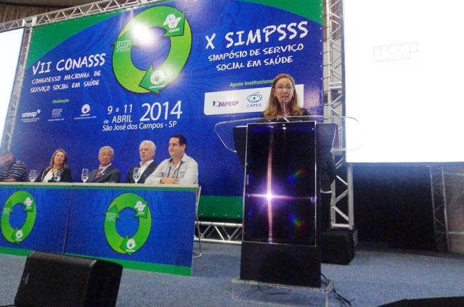 Conselheira do CFESS Maria Elisa Braga fala na mesa de abertura (foto: CFESS)