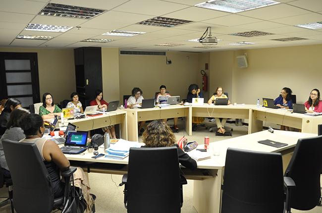 Foto mostra conselheiras do CFESS reunião na sede do Conselho