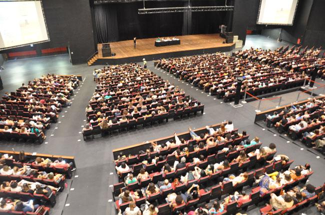 Imagem da parte de cima da arquibancada do Centro de Convenções com a plenária lotada.