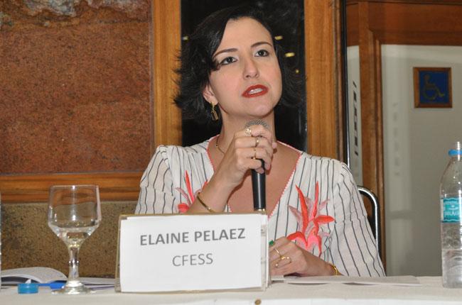 Imagem da assistente social e conselheira do CFESS Elaine Pelaez durante sua fala.