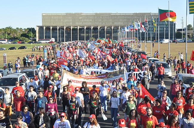 Foto mostra manifestantes a caminho do Ministério da Educação