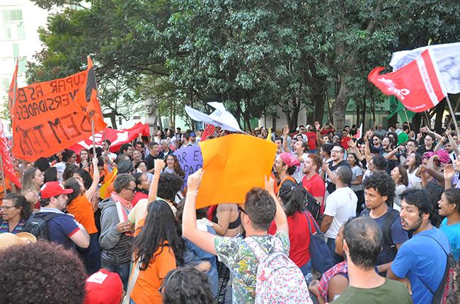 Foto mostra manifestantes em frente ao MEC
