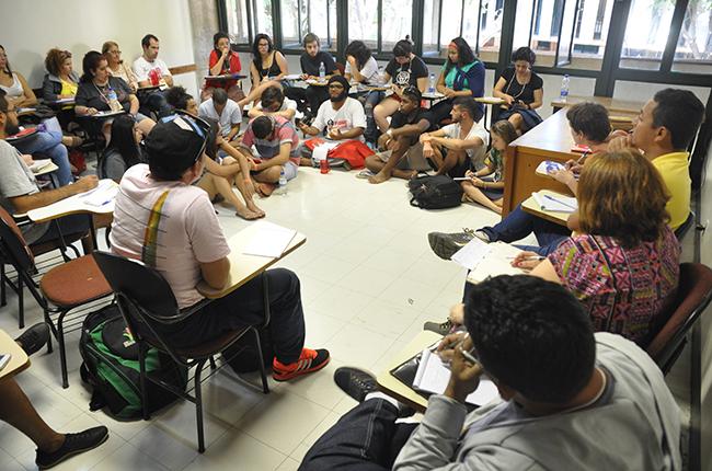 Imagem mostra participantes do eixo acesso e permanência debatendo