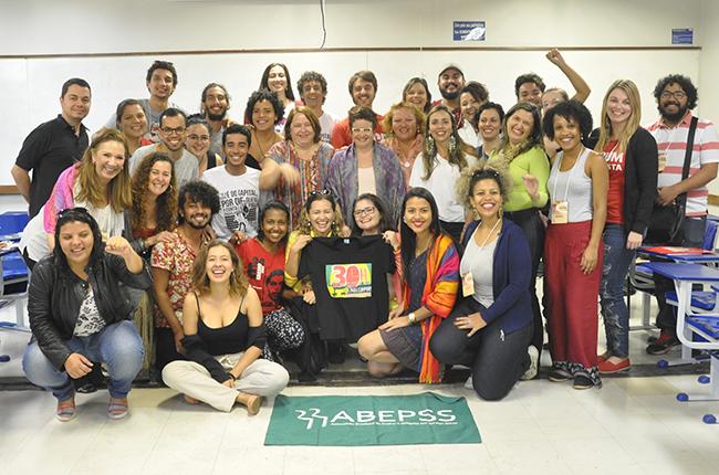 Foto mostra participantes do grupo que discutiu a precarização da formação e o serviço social na educação