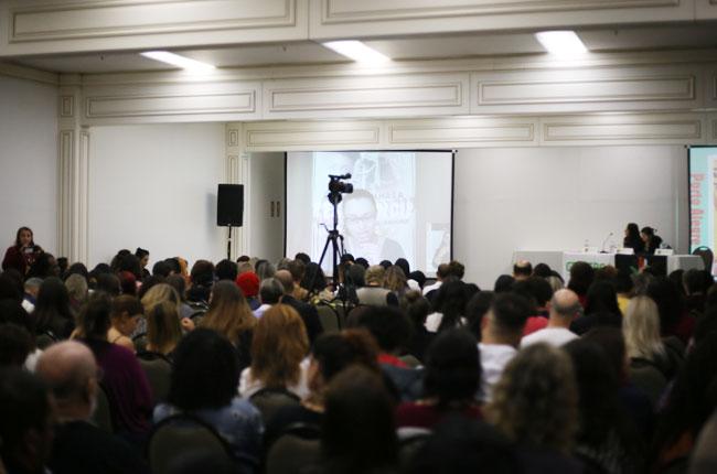 Imagem da teleconferência com a fala da assistente social Sandra Teixeira.