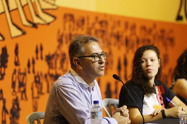 Imagem do professor Evilásio Salvador durante sua fala.