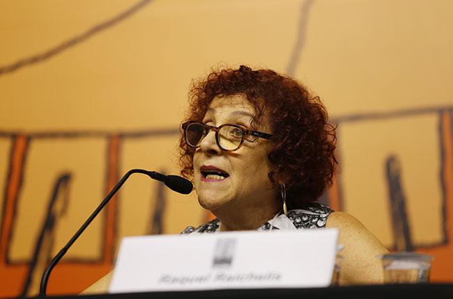 Imagem da professora Raquel Raichelis durante sua fala.