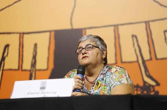 Imagem da professora Elaine Behring, durante a fala.