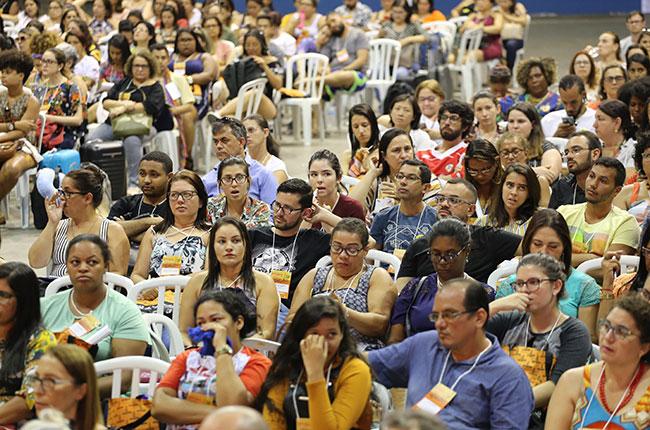 Imagem dos participantes do CBAS assistindo à mesa de domingo, de manhã.