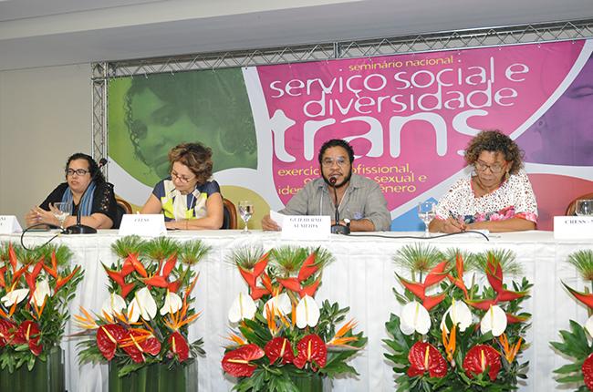 Imagem da primeira mesa do evento, com a professora Silvana Mara e o professor Guilherme Almeida.