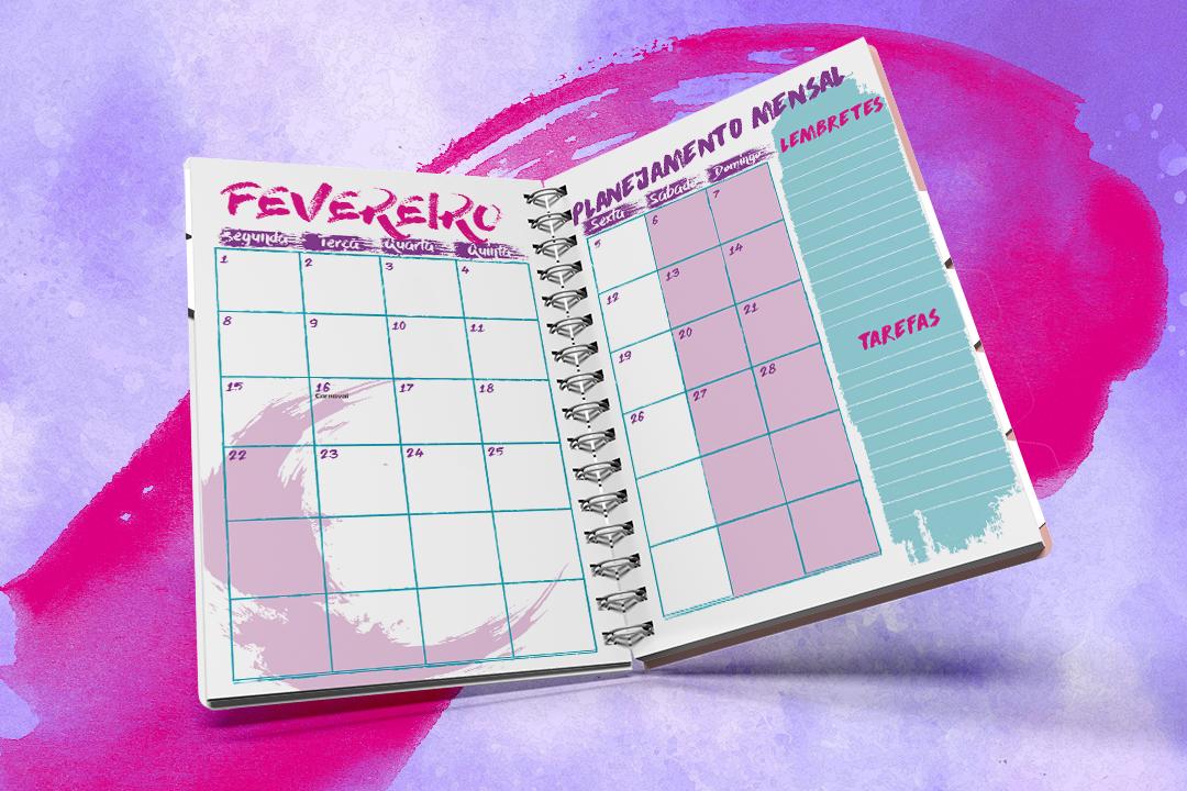 Imagem mostra simulação da agenda aberta, com páginas para se marcar os compromissos do mês de fevereiro. As cores rosa e roxo predominam.