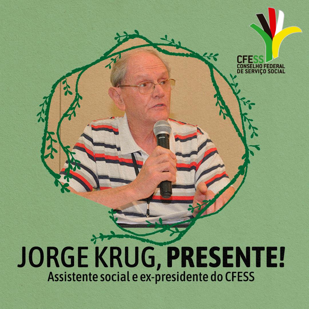 Imagem do professor Jorge Krug, falando ao microfone em evento do CFESS, de óculos, com camisa listrada, com arte da obra Fundos Murrado em volta, símbolo do Código de Ética do/a Assistente Social.