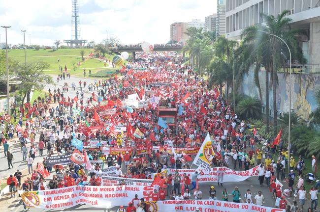 Imagem mostra milhares de manifestantes a caminho da Esplanada dos Ministérios