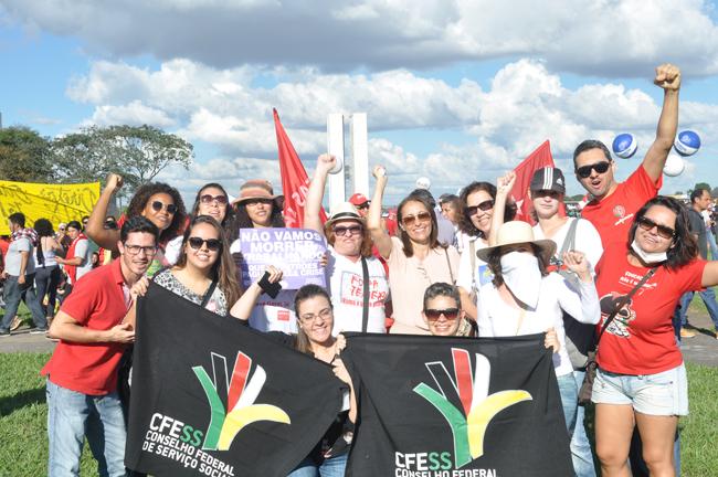 Foto mostra assistentes sociais na manifestação