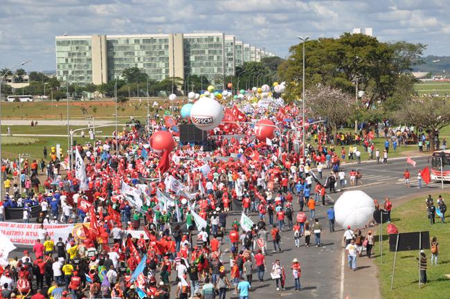 Foto mostra  a extensão do protesto, com manifestantes caminhando em direção ao Congresso Nacional