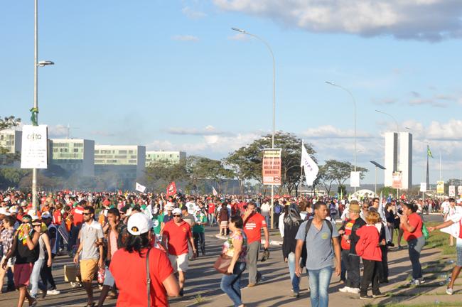 Foto mostra manifestantes voltando do ato, muitos sufocados pelo uso de gás lacrimogênio