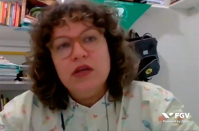 Imagem mostra uma foto da conselheira Priscilla Cordeiro durante o debate on-line.