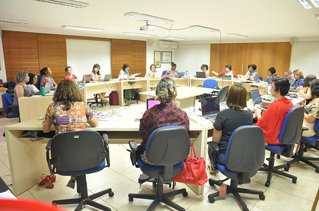 Imagem traz foto da reunião do Conselho Pleno, com as conselheiras sentadas fazendo um debate