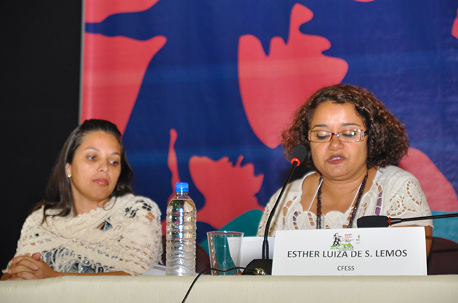 Imagem da mesa de encerramento do evento, com as conselheiras Viviane Arcanjo, do CRESS-MG, e Esther Lemos, do CFESS