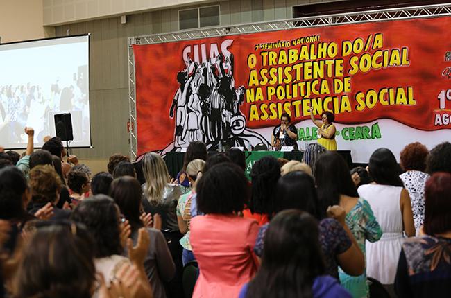 Imagem da plenária durante a homenagem à assistente social Marylucia Mesquita.
