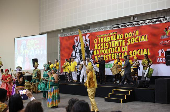 Imagem do grupo de maracatu que se apresentou no início do evento