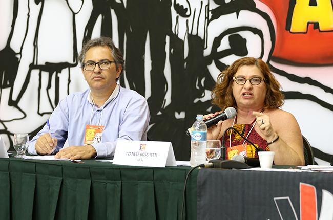 Imagem do professor Evilásio Salvador e da professora Ivanete Boschetti durante a mesa