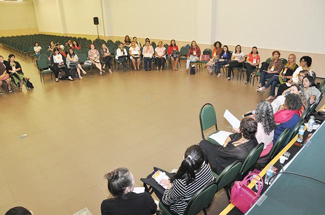Imagem mostra participantes da plenária sobre participação e educação popular reunidas em círculo