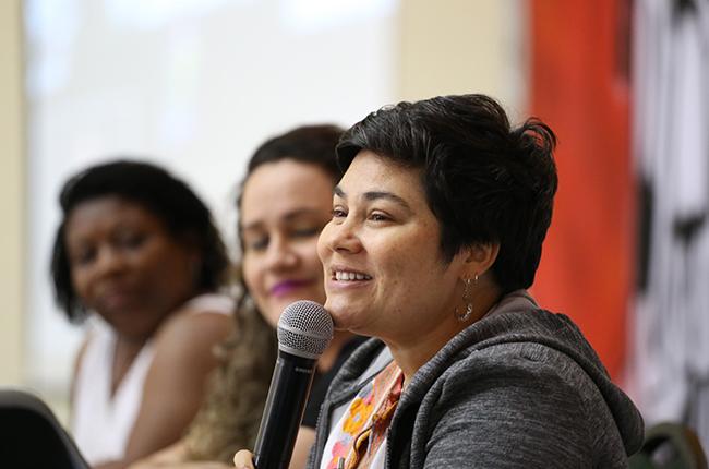 Imagem da conselheira do CFESS Daniela Neves na mesa de encerramento do evento