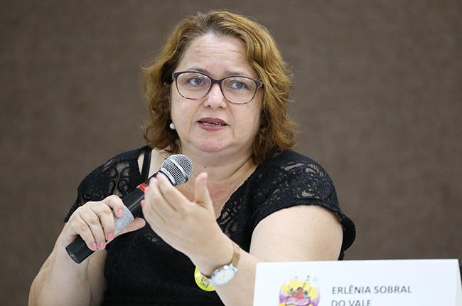 Fotografia da palestrante Erlênia Sobra (Uece), em destaque durante sua fala