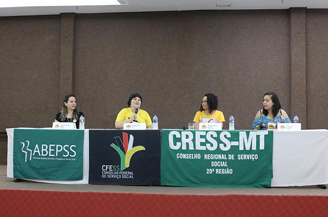 Fotografia enquadra as participantes da mesa de abertura, com Ivna de Oliveira (Abepss), Daniela Neves (CFESS), Andreia Cruz (CRESS-MT) e Fernanda Versiani (Enesso)