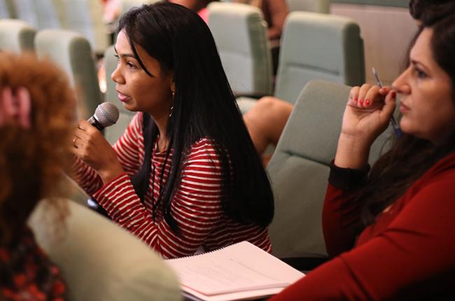 Imagem mostra a trabalhadora Cleudes fazendo sua pergunta