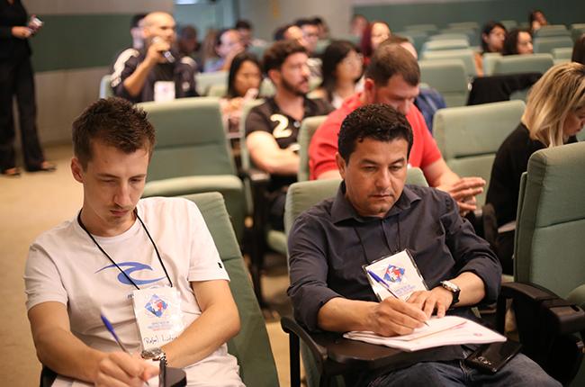 Imagem mostra participantes atentos à capacitação