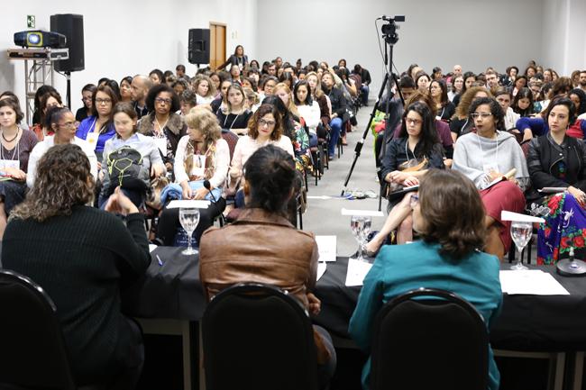 Imagem mostra auditório com mais de trezentas pessoas sentadas acompanhando o evento
